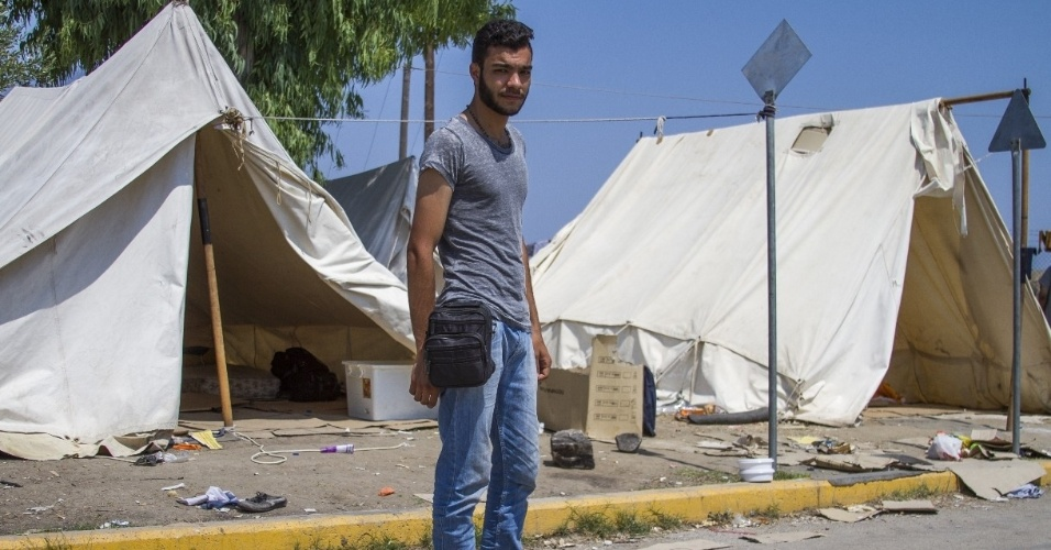 O músico sírio Nour, 20, fugiu da Síria para a Turquia com duas bolsas, mas a que carregava suas roupas foi roubada. Sobrou a menor, na qual ele carrega um documento com foto, uma camiseta, um terço e palhetas, entre outras coisas