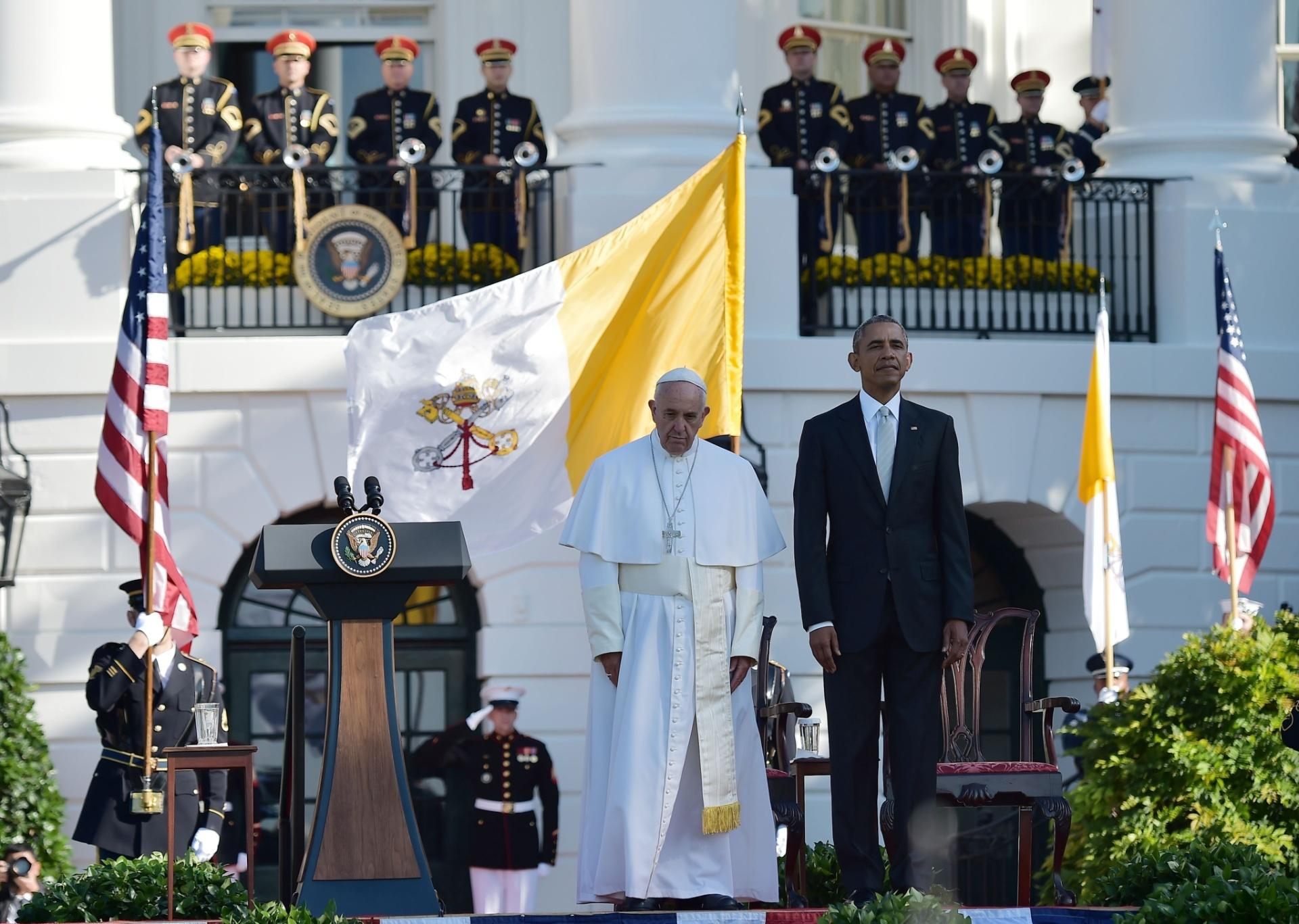23.set.2015 - Papa Francisco chega à Casa Branca, em Washington, onde é recebido pelo presidente dos Estados Unidos, Barack Obama, e pela primeira-dama Michelle Obama, em sua primeira visita como papa ao país