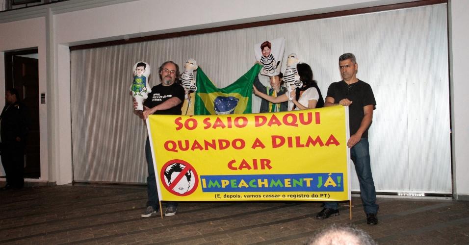 28.out.2015 - Manifestantes protestam em frente a casa onde o ex-presidente Luiz Inácio Lula da Silva comemorou seu aniversário de 70 anos, no bairro do Ipiranga, zona sul de São Paulo