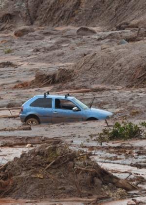 Carro levado pela lama da barragem de Fundão, em Mariana, que foi rompida em novembro de 2015