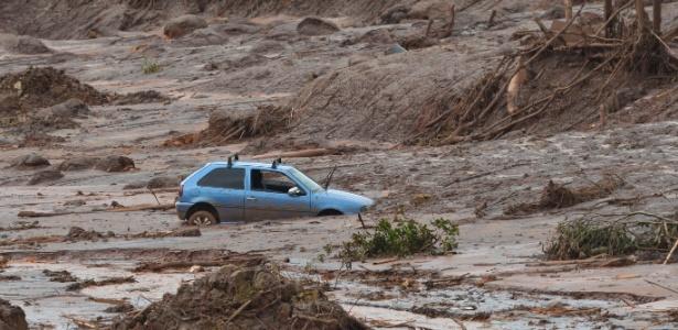Carro arrastado pela lama da barragem de Fundão, em Mariana
