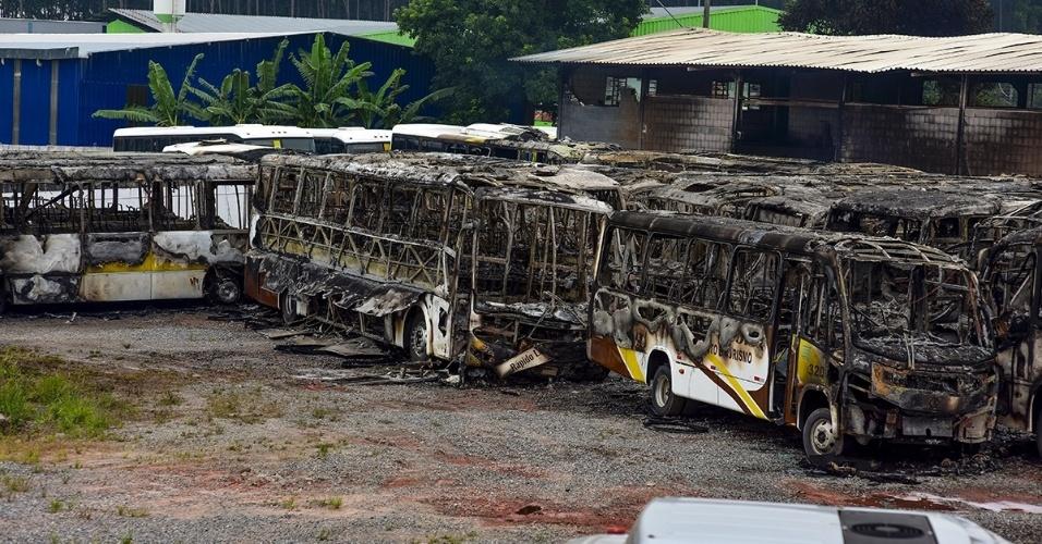 11.fev.2016 - Um incêndio na garagem de uma empresa de transporte na zona sul de São José dos Campos (SP) deixou 31 ônibus completamente queimados durante a madrugada. Ninguém ficou ferido. A ocorrência foi registrada pela Polícia Civil, que não descarta a possibilidade de incêndio criminoso