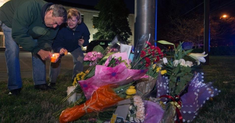 22.mar.2016 - Moradores de Washington, nos EUA, colocam flores e velas na embaixada da Bélgica após ataques à bomba matarem ao menos 30 pessoas em Bruxelas