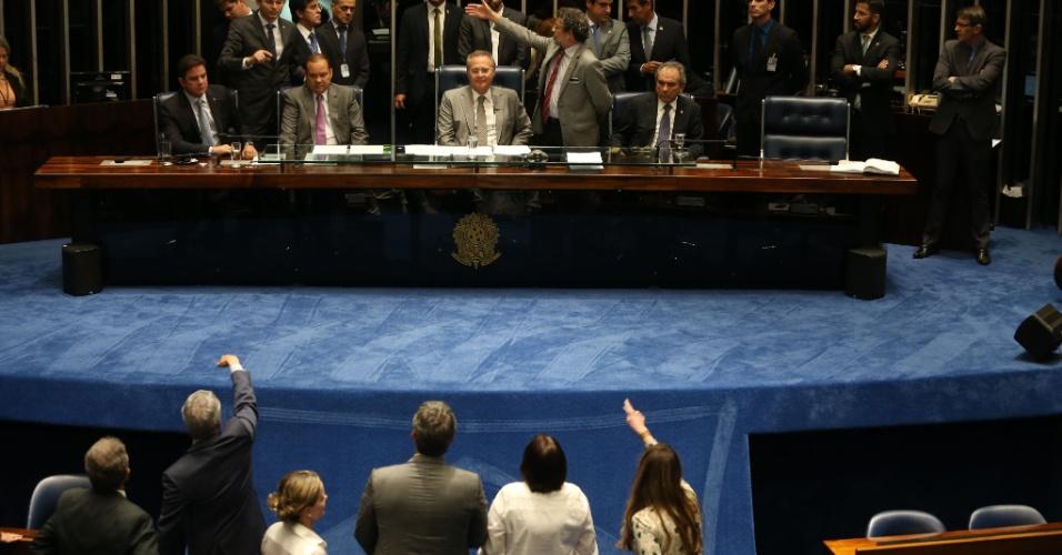9.mai.2016 - Senadores governistas gritam e protestam contra a decisão do presidente do Senado, Renan Calheiros (PMDB-AL), de manter o andamento do impeachment de Dilma Rousseff. Renan ignorou o ato do presidente interino da Câmara, Waldir Maranhão (PP-MA), que pediu a anulação da sessão da Câmara que decidiu pela continuidade do processo de impeachment. Dessa forma, o Senado mantém a previsão de votação da abertura do processo de impeachment para quarta-feira (11)