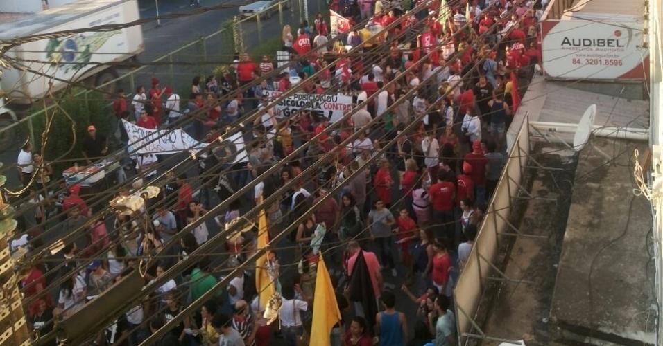 10.mai.2016 - Manifestantes ocupam faixa da avenida Salgado Filho, em Natal (RN), a partir do Instituto Federal do Rio Grande do Norte, em ato contra o impeachment da presidente Dilma Rousseff