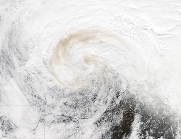 9.mai.2016 - Satélite Aqua da Nasa capturou esta imagem das nuvens sobre o Canadá nesta segunda-feira. Entrelaçada dentro das nuvens está a fumaça ondulando acima dos incêndios florestais que atingem grande extensão do país