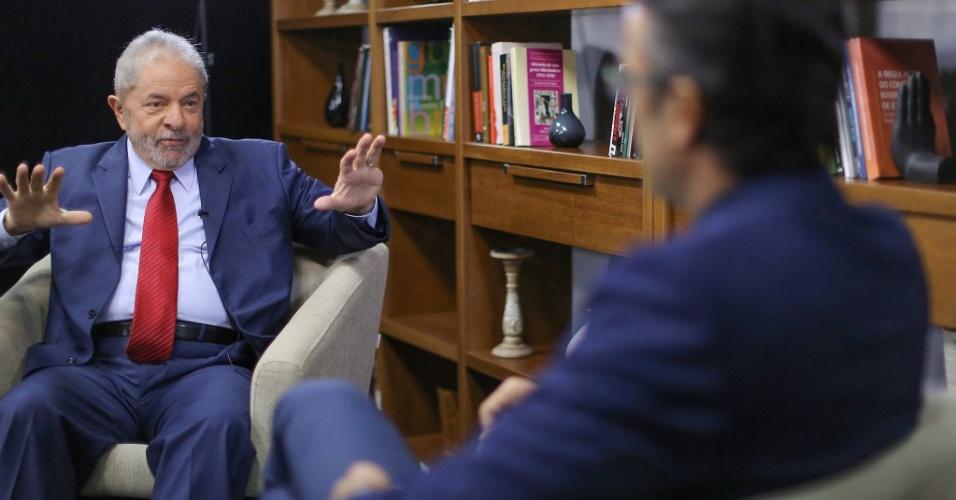 19.mai.2016 - O ex-presidente Luiz Inácio Lula da Silva grava entrevistas para os canais de televisão estrangeiros TVE, Telesur e Russia Today