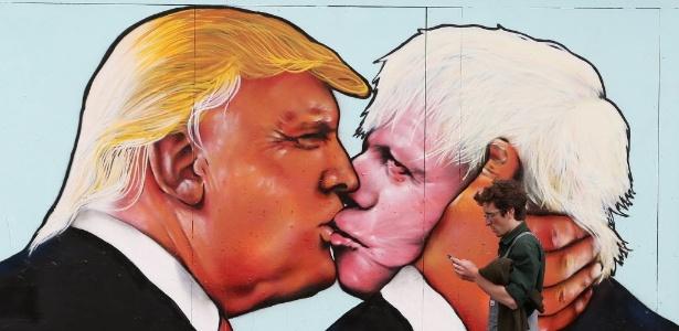 24.mai.2016 - Mural em Bristol (Inglaterra) mostra Trump beijando Boris Johnson, ex-prefeito de Londres e partidário da saída britânica da União Europeia