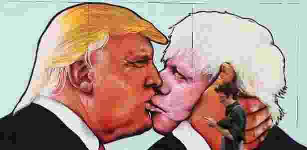 À esquerda, o empresário norte-americano Donald Trump, pré-candidato republicano à Casa Branca, beija Boris Johnson, ex-prefeito de Londres pelo Partido Conservador - Geoff Caddick/AFP
