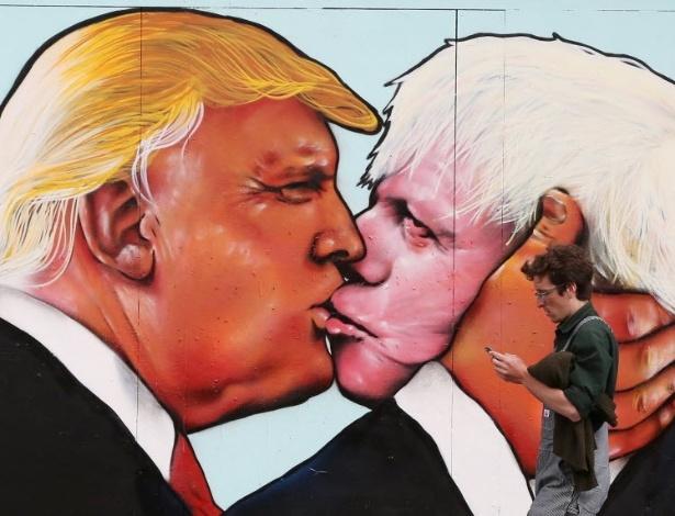 À esquerda, o empresário norte-americano Donald Trump, pré-candidato republicano à Casa Branca, beija Boris Johnson, ex-prefeito de Londres pelo Partido Conservador