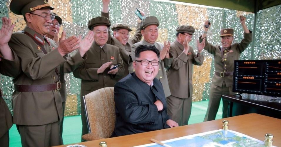 23.jun.2016 - O ditador norte-coreano, Kim Jong-un, cai na risada enquanto coronéis festejam o sucesso do teste de um míssil balístico terra-terra de longo alcance. A imagem não datada foi divulgada pela Agência de Notícias da Coreia do Norte