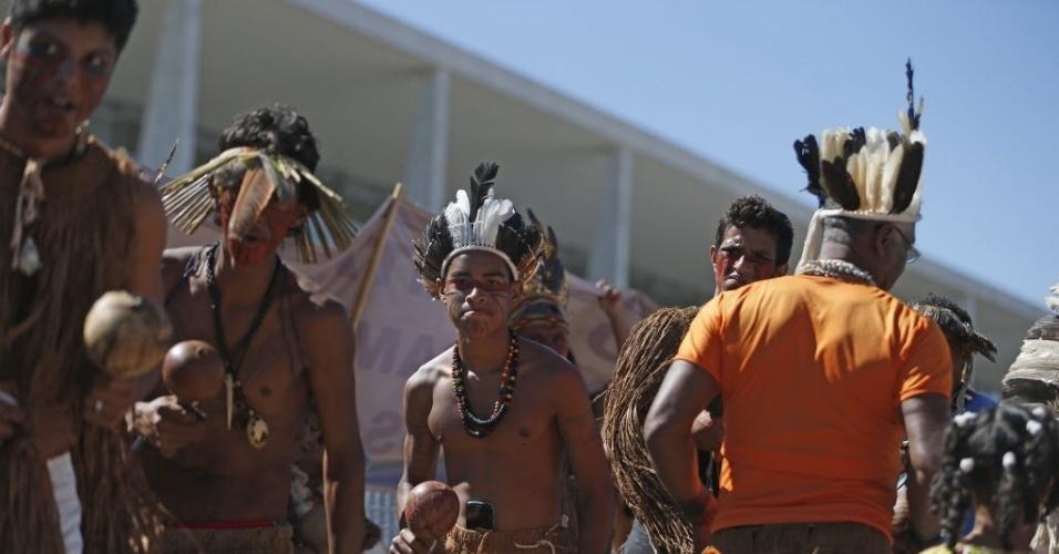 6.jul.2016 - Índios Tupinambás, da Bahia, protestam por efetivação de seus direitos e contra a indicação feita pelo PSC do general da reserva do Exército Sebastião Roberto Peternelli Júnior para a presidência da Funai (Fundação Nacional do Índio), em frente ao Palácio do Planalto, em Brasília