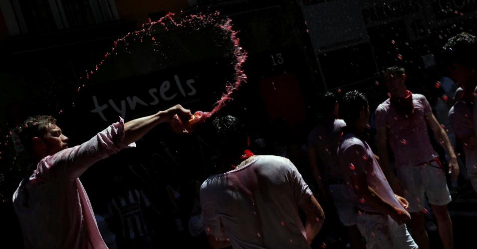 6.jul.2016 - Jovens jogam vinho uns nos outros durante o 'Chupinazo', lançamento de foguete pirotécnico que marca o início das celebrações do Festival de São Firmino, em Pamplona, na Espanha. A cidade do norte da Espanha é tomada por turistas de várias partes do mundo interessados em participar da lambança que acontece na praça principal de Pamplona. O 'Chupinazo' acontece na véspera dos oito dias em que se seguem as corridas de touros