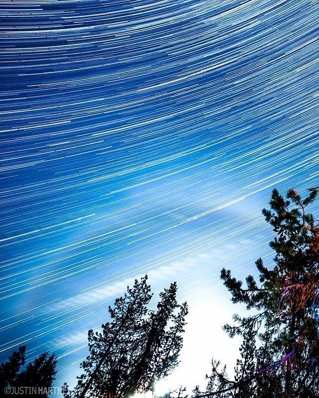 """13.jul.2016 - """"Nesse rastro estelar, eu fotografei por 2,5 horas. Eu tive a sorte de conseguir capturar a auréola lunar nos últimos 30 minutos"""", conta Hartney em post feito na sua conta no Instagram. A imagem foi feita em Bend, no Oregon (EUA)"""