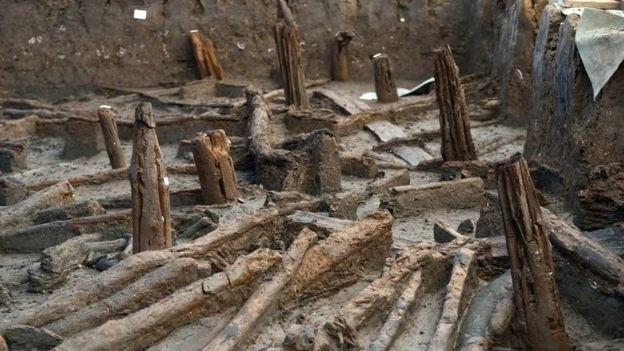 Pilares de madeira sustentavam as casas