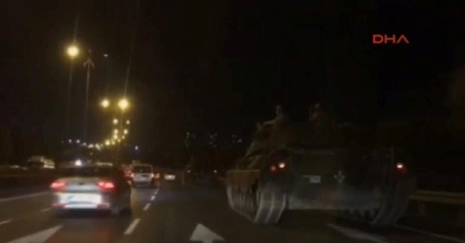 15.jul.2015 - Tanque é visto em estrada na Turquia nesta sexta-feira (15), em imagem reproduzida pela agência de notícias turca DHA. O primeiro-ministro da Turquia, Binali Yildirim, afirmou em rede nacional nesta sexta-feira (15) que o país passa por uma tentativa de golpe militar. Segundo relatos de testemunhas, duas pontes sobre o Estreito de Bósforo, em Istambul, foram fechadas