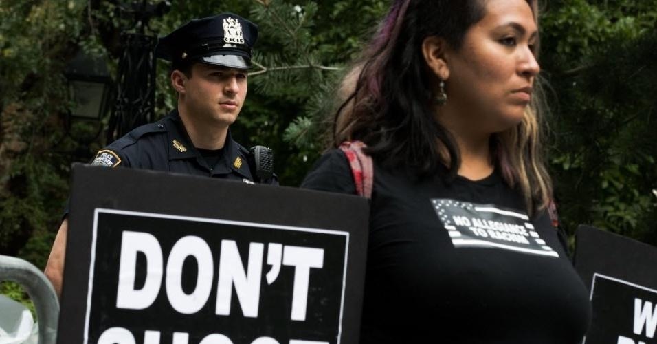 1º.ago.2015 - Manifestante segura placa com os dizeres: