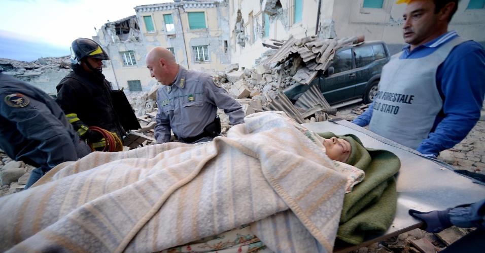 24.ago.2016 - Homem é resgatado dos escombros de prédio na cidade de Amatrice, depois do forte terremoto que atingiu a região central da Itália durante a madrugada