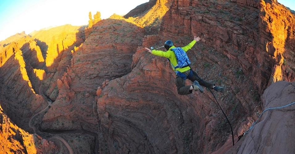 12.set.2016 - Homem salta da torre Fisher em Utah, EUA. As torres tem cerca 270 metros de altura e são áreas de escalada desde 1960