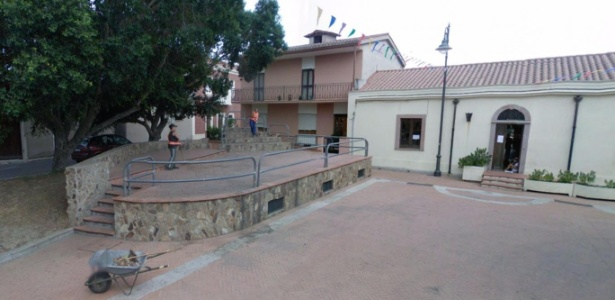 Centro da cidade de Zerfaliu, na Itália. Prefeito está fazendo as vezes de gari...