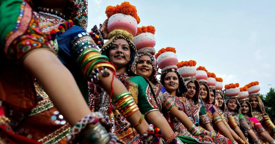 25.set.2016 - Mulheres vestidas com roupas tradicionais participam de ensaio de garba, dança folclórica, em Ahmedabad, na Índia