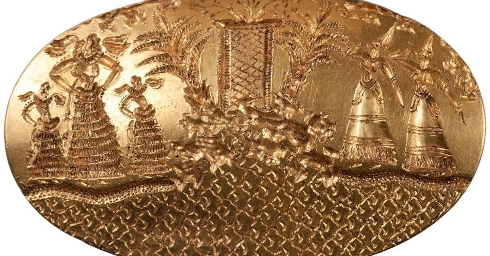 O SENHOR DOS ANÉIS - O túmulo descoberto por pesquisadores da Universidade do Cincinnati na cidade de Pilos possui mais de 3.500 anos. O homem enterrado no local por volta de 1.500 a.C. pode ter sido um guerreiro ou um sacerdote de cerca de 30 anos. Ao seu redor estavam mais de 2.000 objetos, incluindo quatro anéis de ouro sólido, taças de prata, pérolas, pentes de marfim, uma espada, dentre outros. Um dos anéis (foto) é o segundo maior com sinete de ouro já descoberto na região do mar Egeu. Ele mostra cinco figuras femininas reunidas em um santuário à beira do mar. Já o esqueleto foi apelidado de