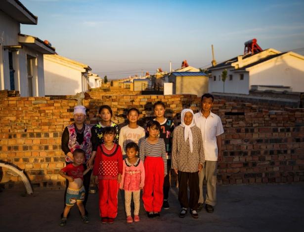 O médico Ma Shiliang (dir) e sua família, muçulmanos hui, na Vila Lago Miaomiao (China)
