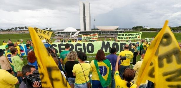 20.nov.2016 - Manifestantes fazem protesto em favor de medidas contra a corrupção em frente ao Congresso Nacional