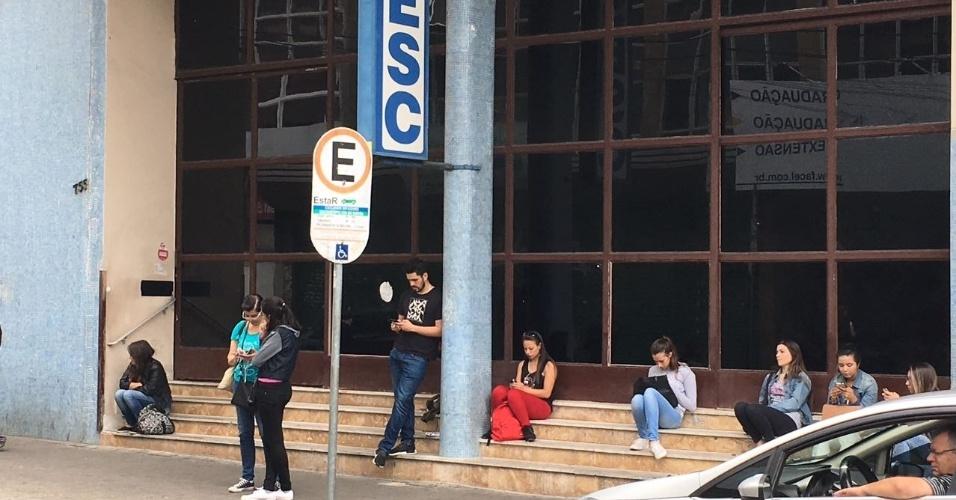 4.dez.2016 - Candidatos aguardam para entrar em local de prova do Enem, no centro de Curitiba. Neste domingo, acontecem as provas de linguagens, matemática e redação