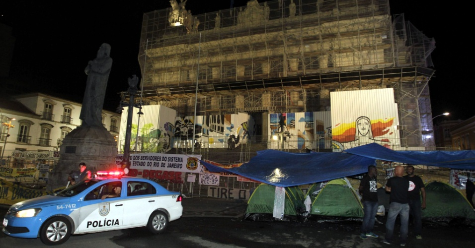 13.dez.2016 - Servidores montam acampamento e passam a madrugada de terça-feira (13) em frente ao Palácio Tiradentes, sede da Alerj, onde os deputados votam o pacote de medidas anticrise proposto pelo governo do Estado do Rio