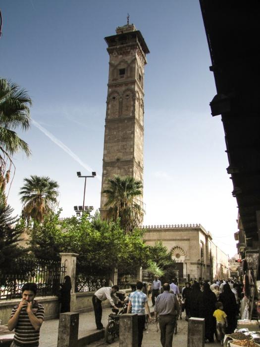 Minarete da Mesquita Umayyad (primeiro plano), construído no ano 1090 e destruído em 2013, na guerra entre Assad e os rebeldes, visto a partir da área comercial, próximo ao souq (mercado) de Aleppo