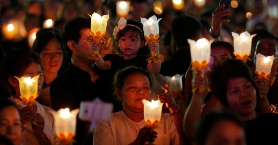 31.dez.2016 - Na Tailândia, velas acesas em luminárias de mão são usadas em orações para comemorar o Ano-Novo. A celebração desta imagem aconteceu no parque Sanam Luang, em Bancoc
