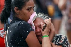 2.jan.2017 - Mulher se desespera com mortes de presos no Compaj (Complexo Penitenciário Anísio Jobim), em Manaus
