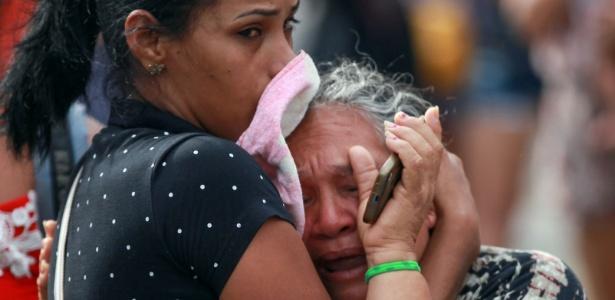 Mulher se desespera com mortes de presos no Compaj (Complexo Penitenciário Anísio Jobim), em Manaus