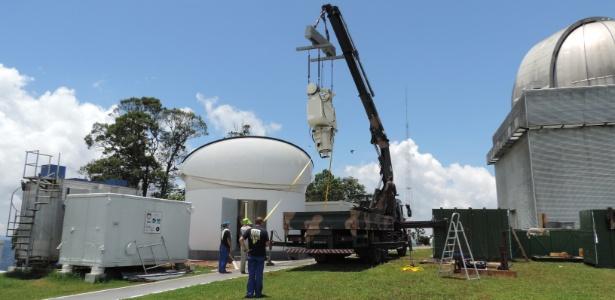 Instalação de partes de telescópio russo no observatório do pico do Dias, em Brazópolis