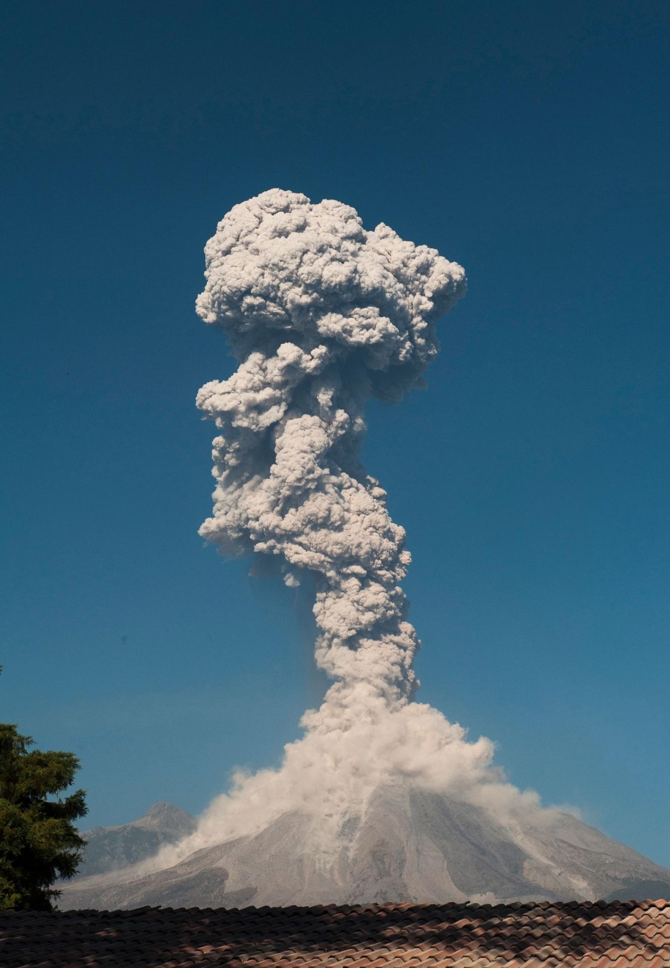 24.jan.2017 - Vulcão Colima, no México, expele cinza e fumaça. Cinza e fumaça são expelidas na erupção do vulcão Colima, no México