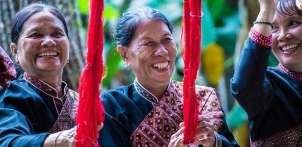 9.abr.2017 - Mulheres tailandesas realizam tarefas coletivamente