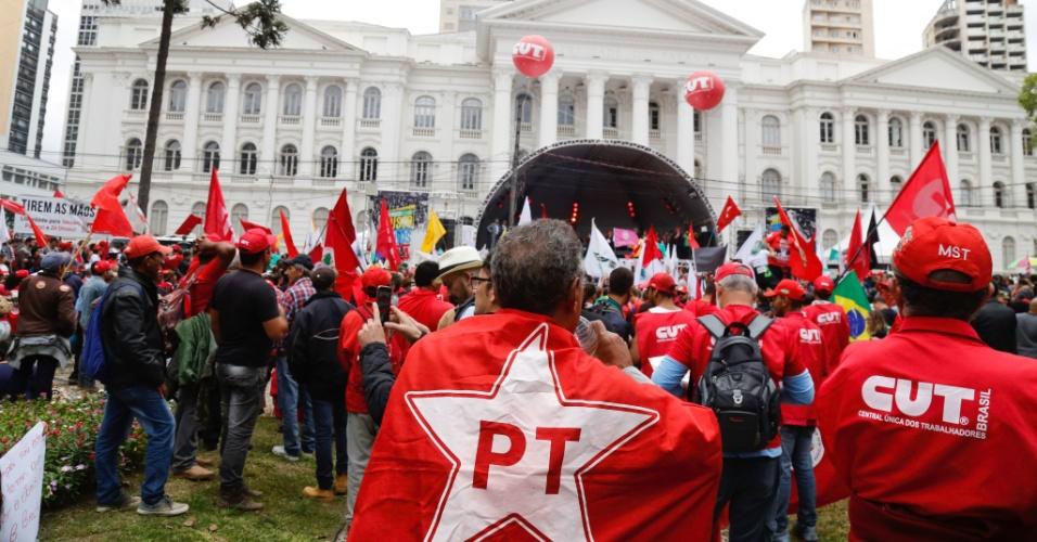 10.mai.2017 - Manifestantes de diversas regiões do país em apoio ao ex-presidente Luiz Inácio Lula da Silva na praça Santos Andrade, em Curitiba
