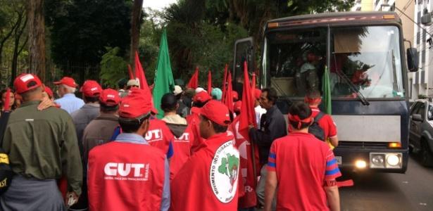Manifestantes se reúnem na praça Santos Andrade, em Curitiba, em apoio a Lula