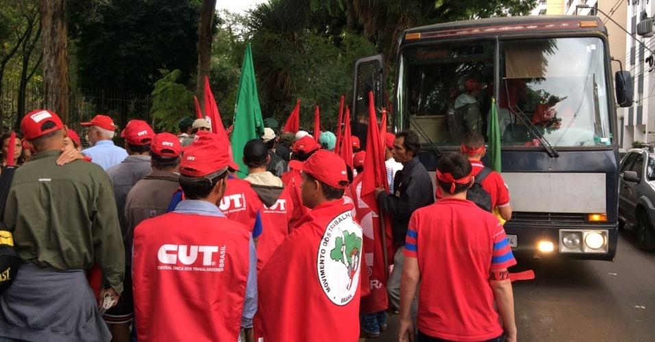 10.mai.2017 - Manifestantes pró-Lula e membros do MST (Movimento Sem Terra) se reúnem na praça Santos Andrade, em Curitiba