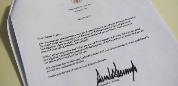 Cópia da carta com assinatura de Donald Trump enviada a James Comey anunciando sua demissão