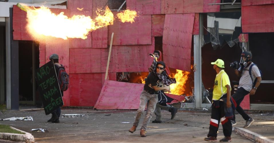 24.mai.2017 - Manifestantes ateiam fogo ao Ministério da Saúde, na Esplanada dos Ministérios, em Brasília