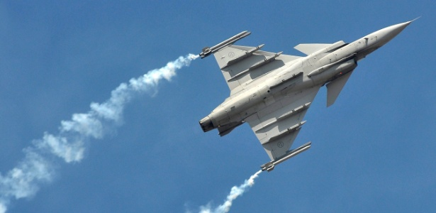 2.jul.2017 - Caça Gripen, da empresa sueca Saab, voa durante demonstração na Índia