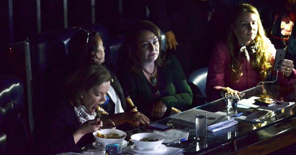 11.jul.2017 - Senadoras pediram marmita e comeram em cima da mesa do plenário enquanto após sessão ter sido suspensa e luzes terem sido apagadas