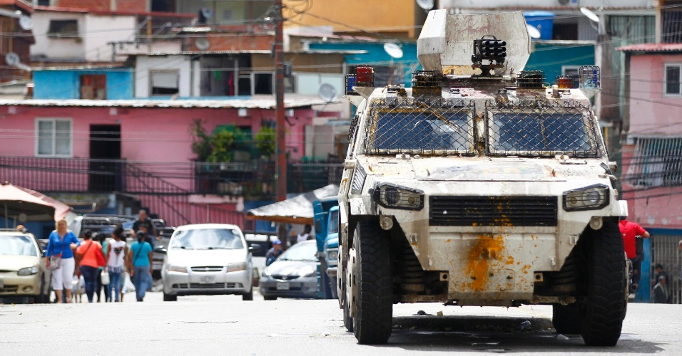 30.jul.2017 - Veículo blindado é colocado nas ruas da Venezuela