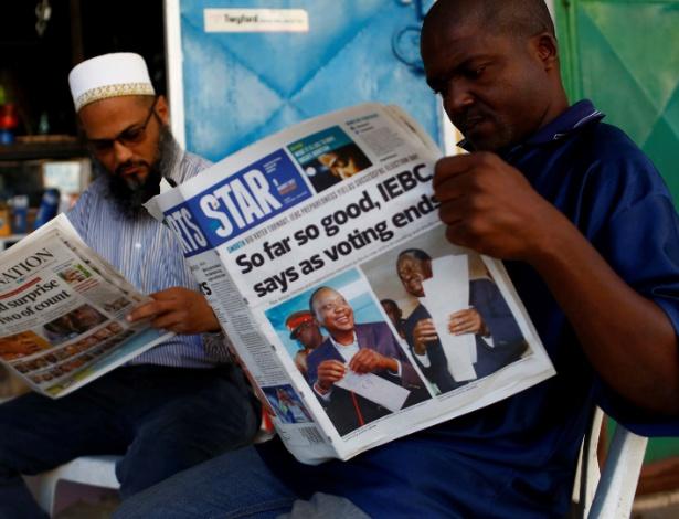 Homem lê jornal com notícias sobre as eleições na cidade Mombasa nesta quinta-feira