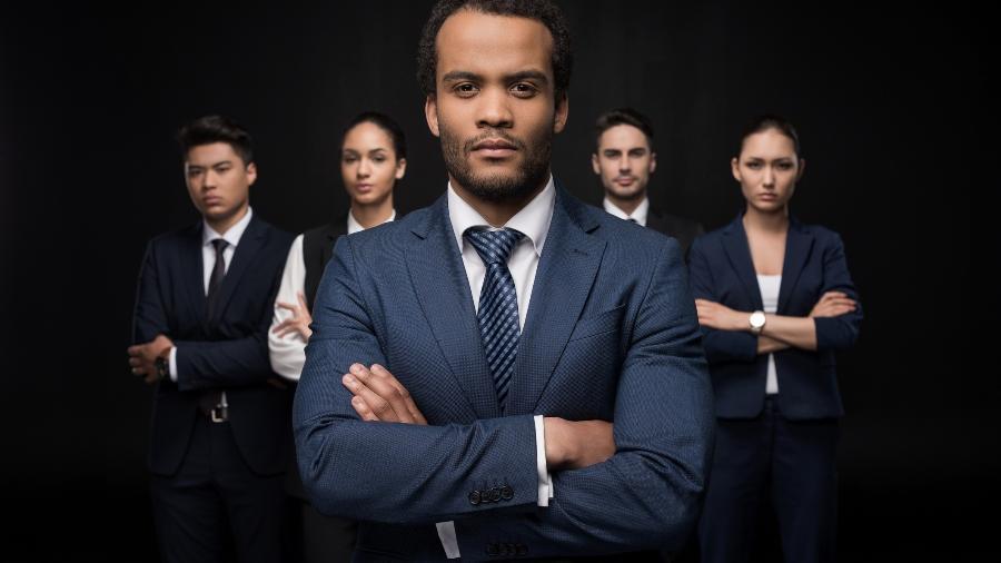 homem negro, trabalho, emprego, escritório, braços cruzados, líder, liderança - Getty Images