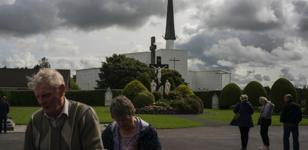 Grupo visita o templo Knock, em Knock, Irlanda