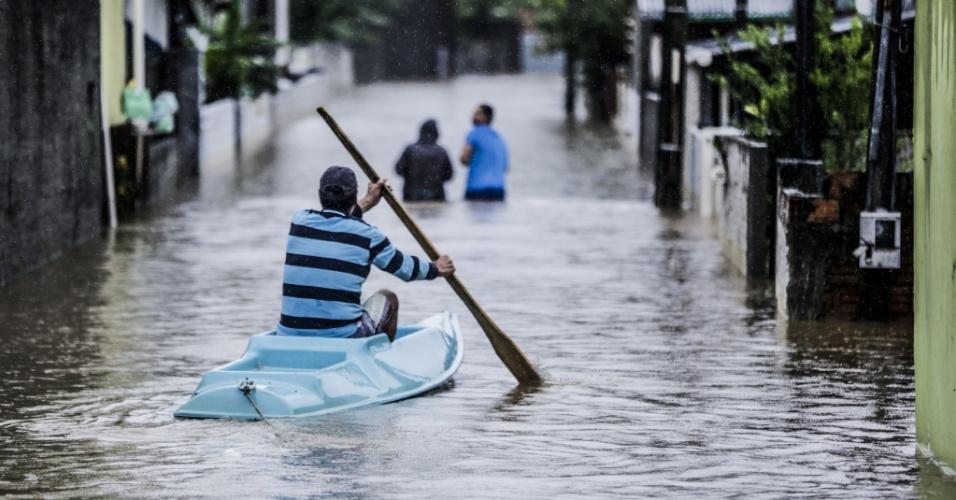 11.jan.2018 - Moradores circulam de barco por ruas alagadas de Florianópolis. A capital e outras cidades de Santa Catarina foram atingidas por fortes chuvas nos últimos três dias