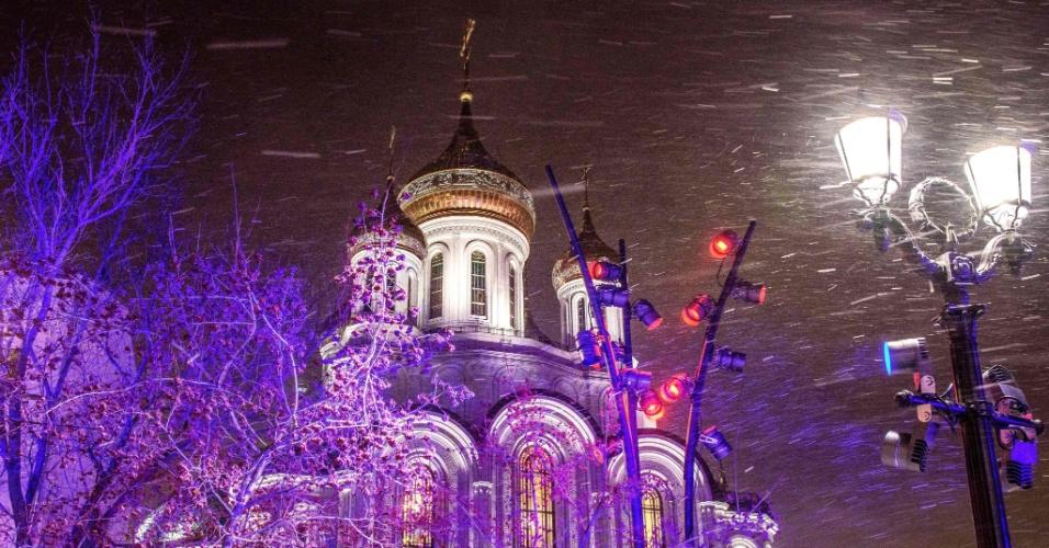 8.jan.2018 - O mosteiro Sretenskiy Stavropigialny durante uma nevasca no centro de Moscou.